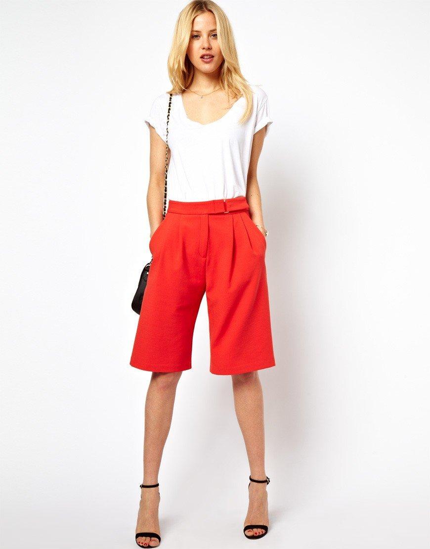 шорты удлиненные красные под белую футболку