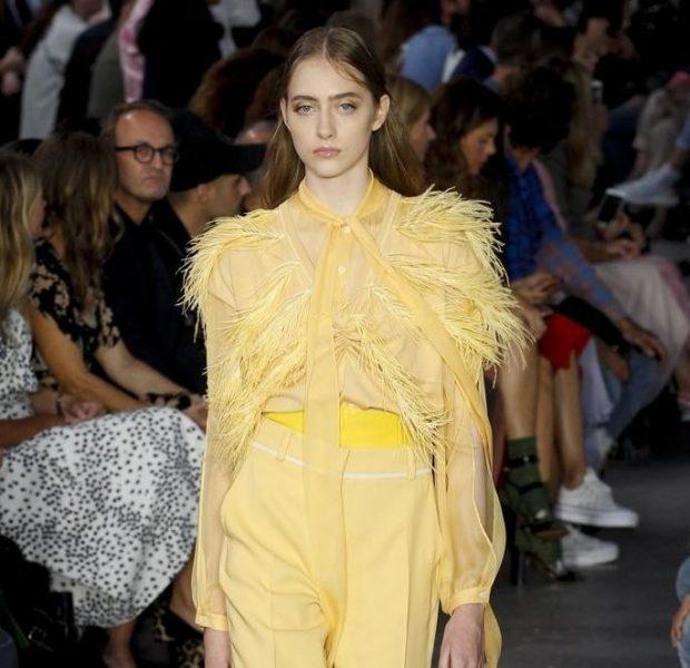 модные тенденции весна 2021 желтые брюки блузка в тон