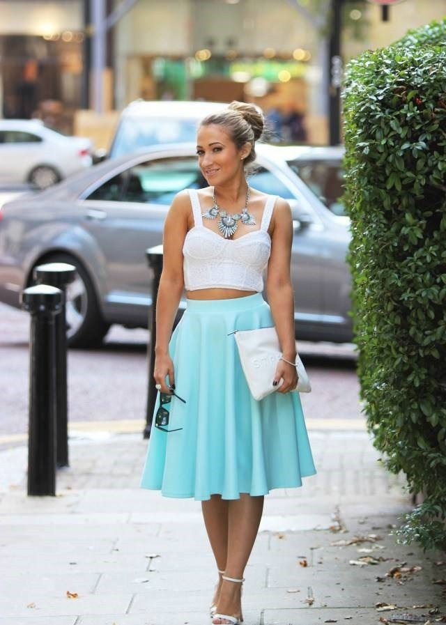 модные юбки весна-лето 2019: голубая по колено солнце