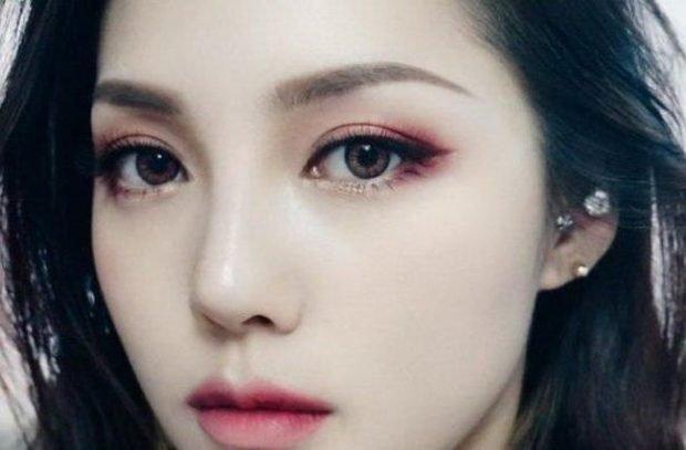 макияж с влажными губами с красноватым оттенком