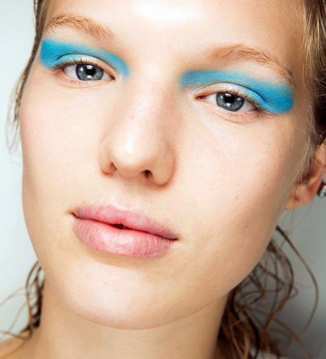 Модный макияж весна лето 2019: тени ярко-голубые