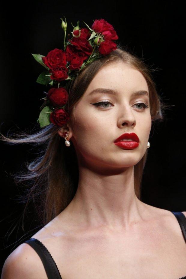 макияж весна лето 2021: с акцентом на красные губы