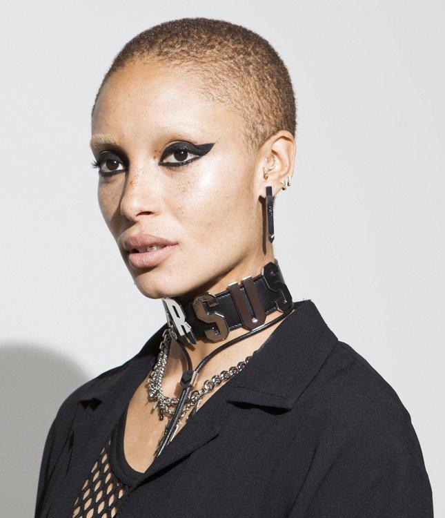Модный макияж весна лето 2020: толстые стрелки по нижнему и верхнему веку