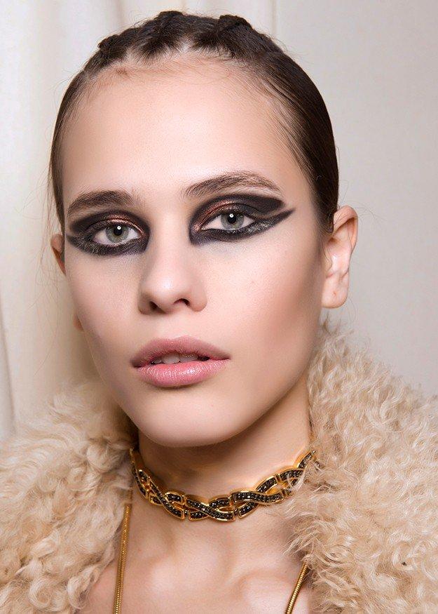 макияж весна лето: массивные стрелки по контуру всего глаза