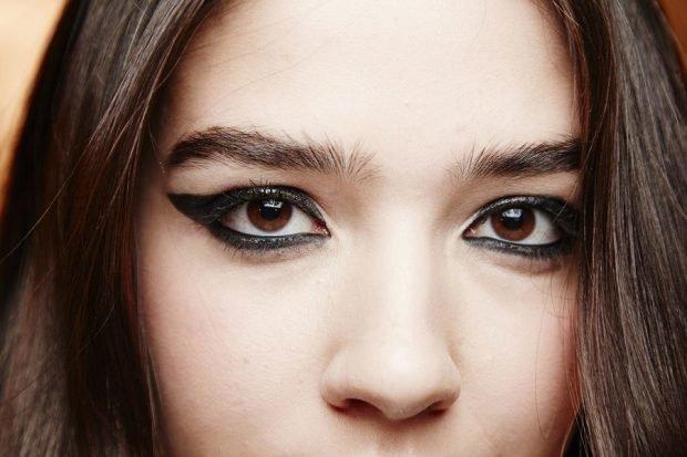 макияж весна лето: массивные стрелки черные