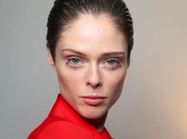 Модный макияж весна лето 2020: стразы под нижним веком натуральный