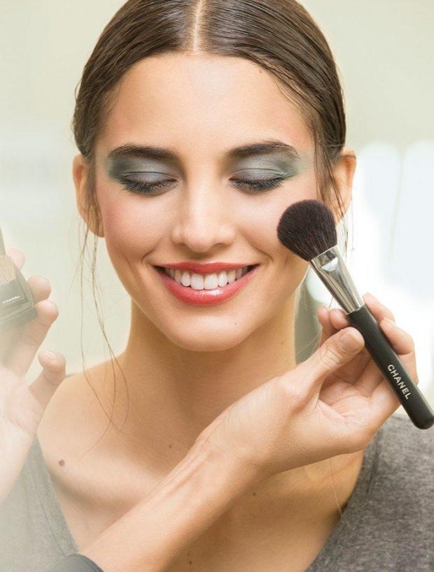 Модный макияж лето 2021: тени серо-синие