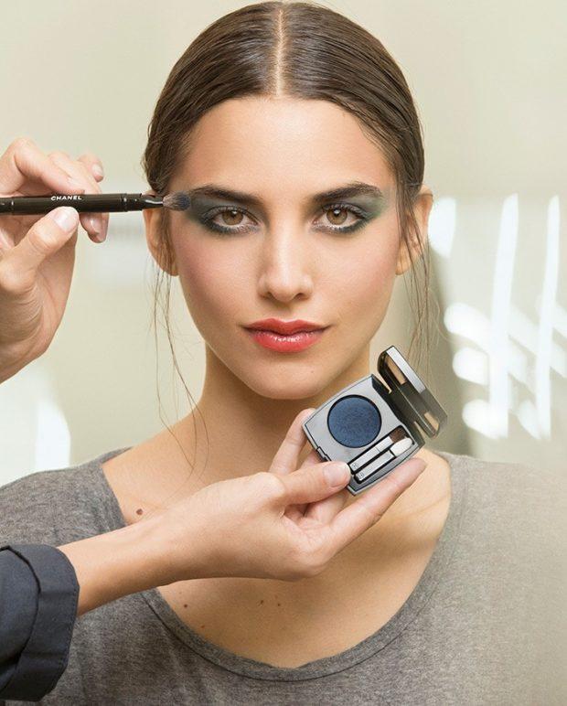 Модный макияж весна 2021: тени синие