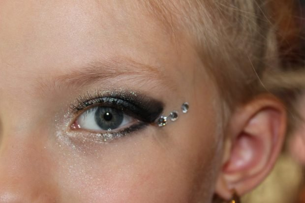 макияж со стразами стрелка