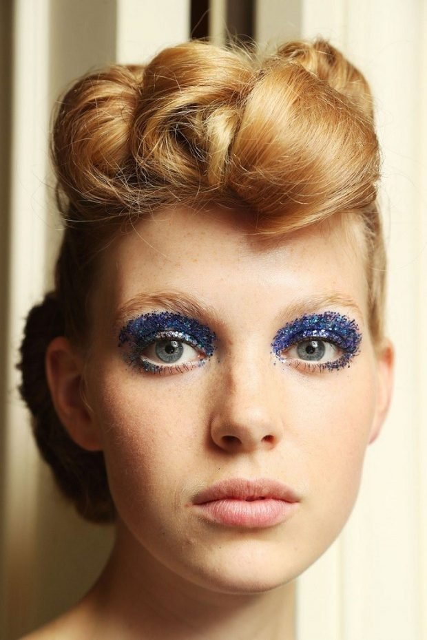 Модный макияж весна 2021: насыщенные тени синие
