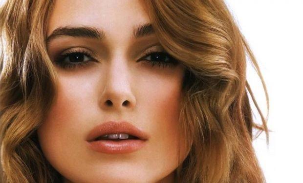 макияж с влажными губами персикового цвета