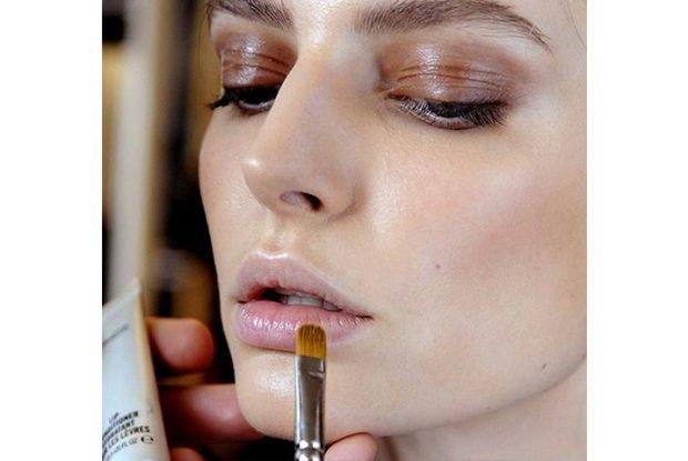 макияж с влажными губами в розовых оттенках