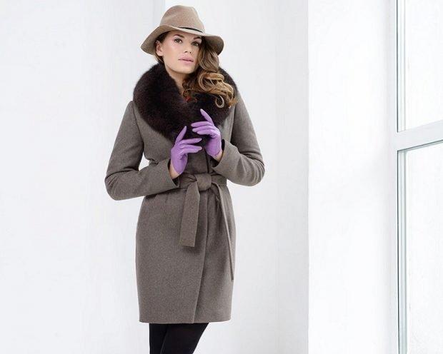 серое пальто с меховым воротом под пояс