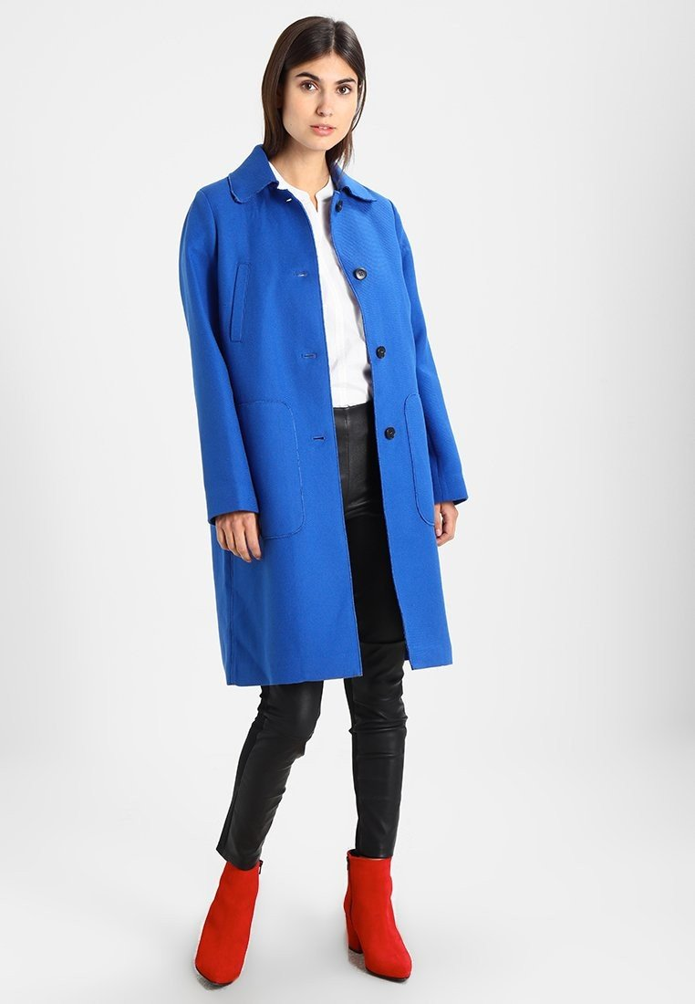 синее пальто городской стиль