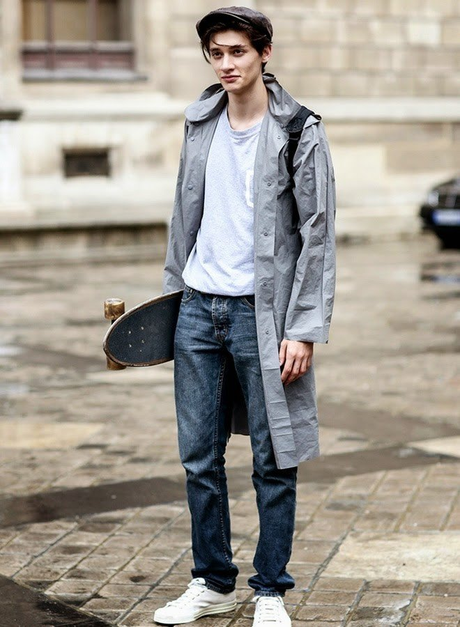 мужская мода 2018 весна лето: серые джинсы под плащ серый