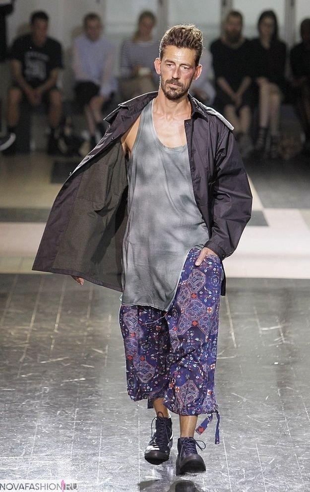 мужская мода 2019 весна лето: широкие летние бриджи под майку и плащ