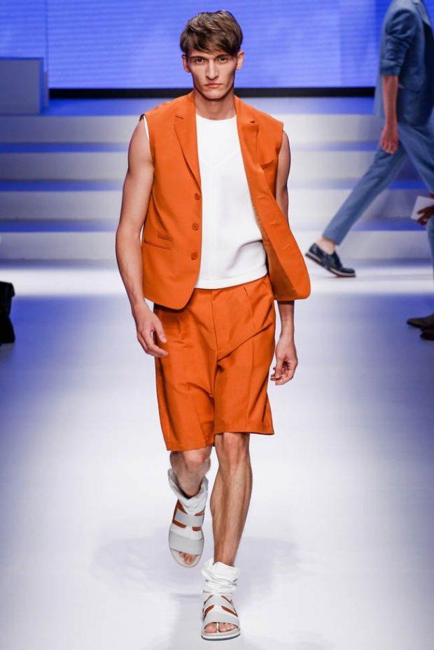 мужская мода весна 2020: оранжевые шорты под жилетку в тон