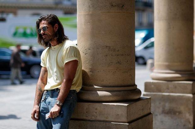 мужская мода весна 2019: джинсы синие под футболку