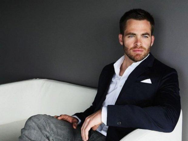 мужская мода 2021 весна лето: серые брюки черный пиджак под белую рубашку