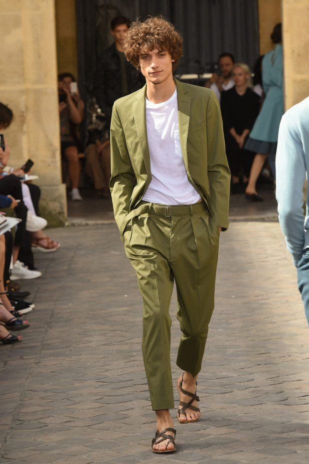 мужская мода 2021 весна лето: зеленый брючный костюм под белую футболку