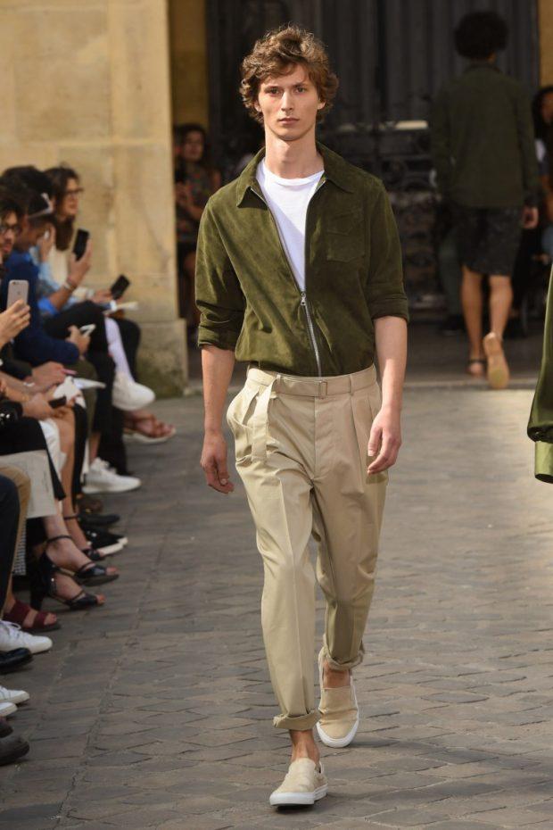 мужская мода 2021 весна лето: бежевые брюки под зеленую курточку