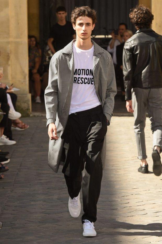 мужская мода 2021 весна лето: черные брюки под плащ в клетку