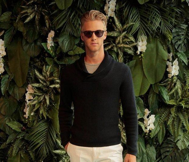 мужская мода 2019 весна лето: бежевые штаны под черный свитер