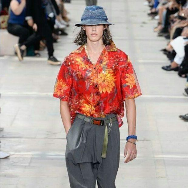 мужская мода 2019 весна лето: серые широкие штаны яркая рубашка с коротким рукавом