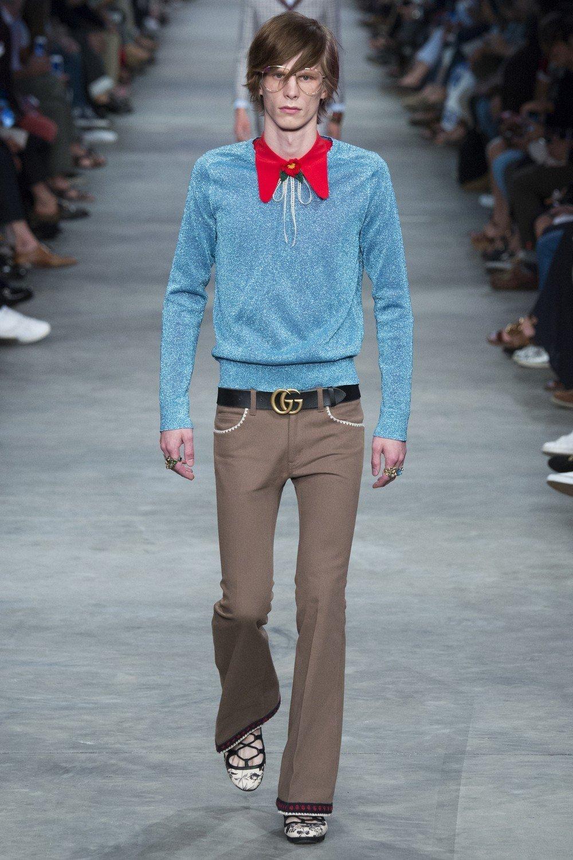 мужская мода 2018 весна лето: бежевые штаны клеш под синюю кофту красную рубашку