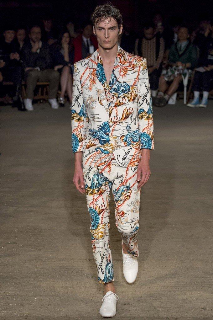 тенденции в мужской моде весна 2018: яркий белый костюм в принт