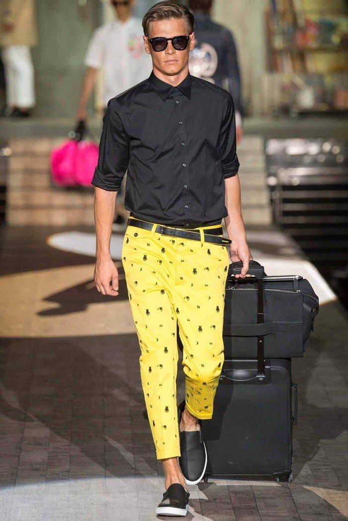 тенденции в мужской моде весна 2018: короткие желтые брюки под черную рубашку