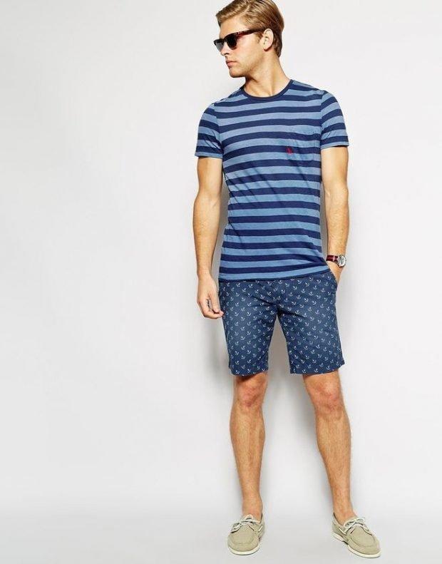 тенденции в мужской моде весна: синие шорты под полосатую футболку