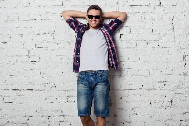 тенденции в мужской моде весна: джинсовые шорты под белую майку рубашку в клетку