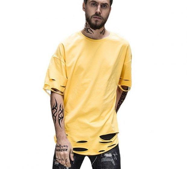 тенденции в мужской моде весна: широкая желтая футболка под серые джинсы