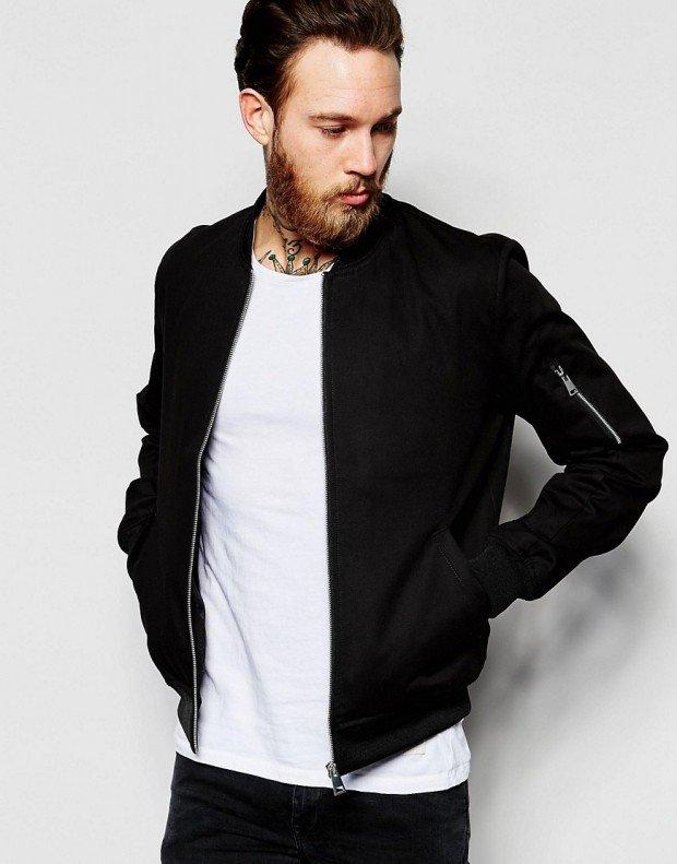 тенденции в мужской моде весна: спортивная черная куртка под джинсы в тон футболку белую
