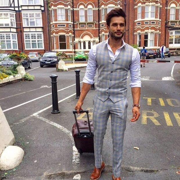 тенденции в мужской моде весна: брюки и жилетка в клетку под белую рубашку