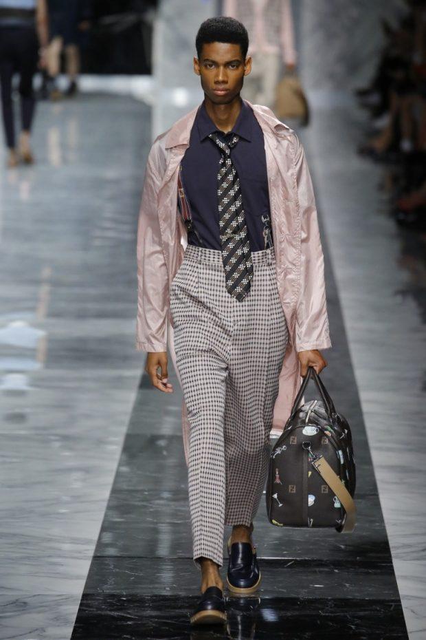 тенденции мужской моды весна лето 2019: брюки короткие в клетку под легкий плащ под лоферы