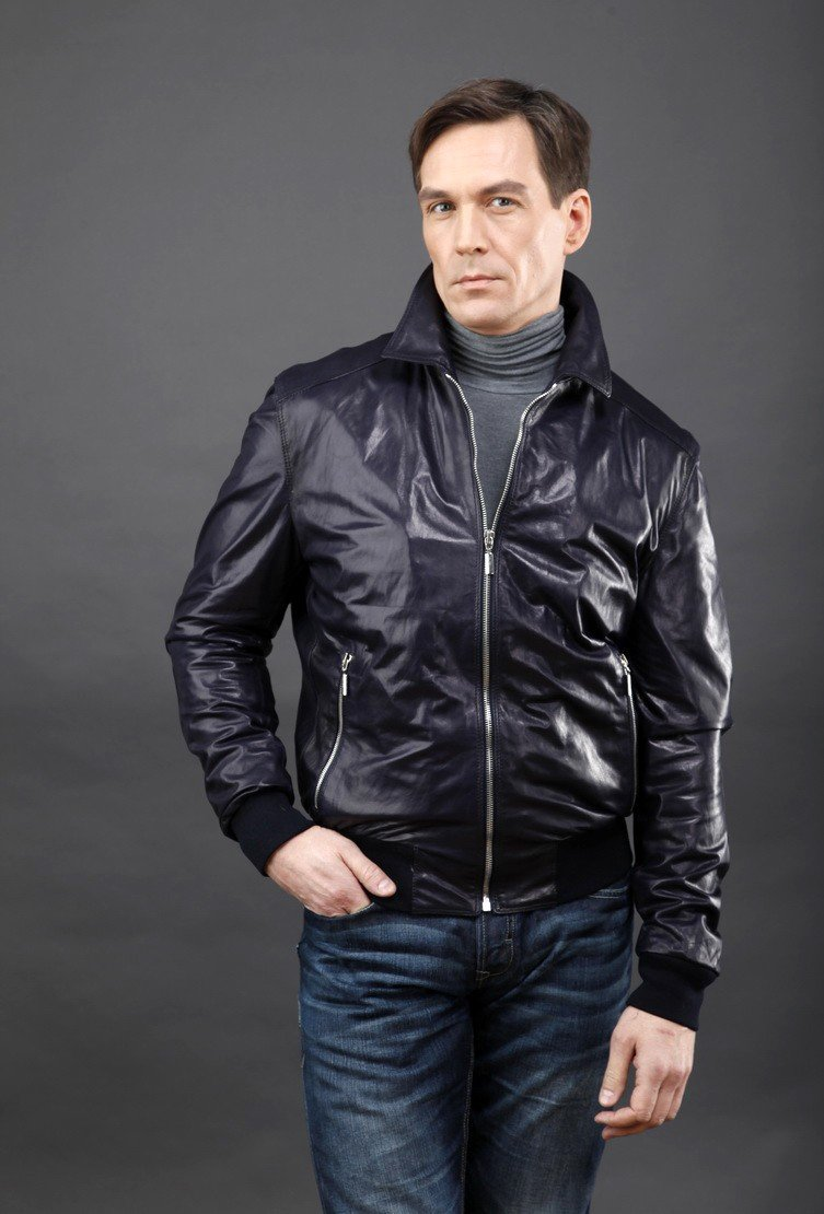 тенденции мужской моды весна лето 2018: темная куртка из плащевки