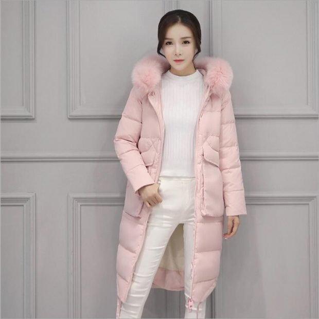 с чем носить пуховики до колена: розовый под белые штаны