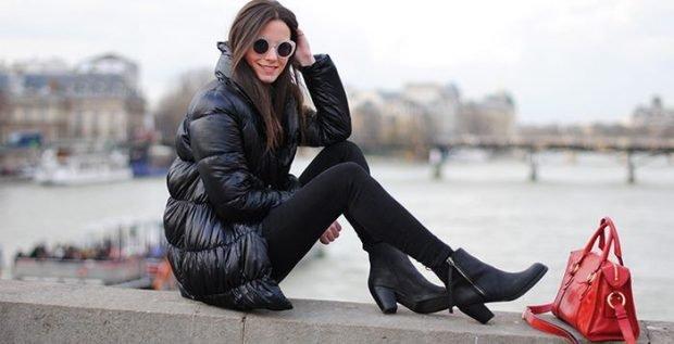 с чем носить пуховик до колена: черный под короткие ботинки и лосины