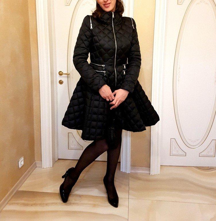 с чем носить пуховик по колено: платье под короткие ботиночки