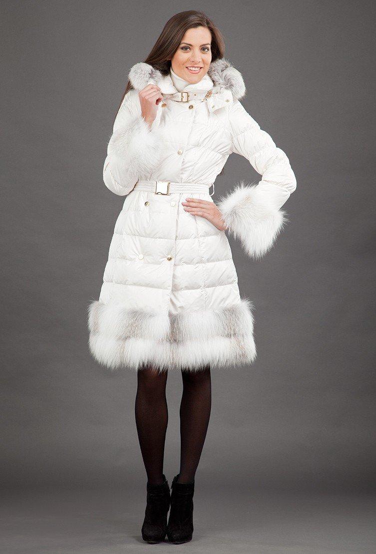 с чем носить пуховик ниже колена: белый под платье