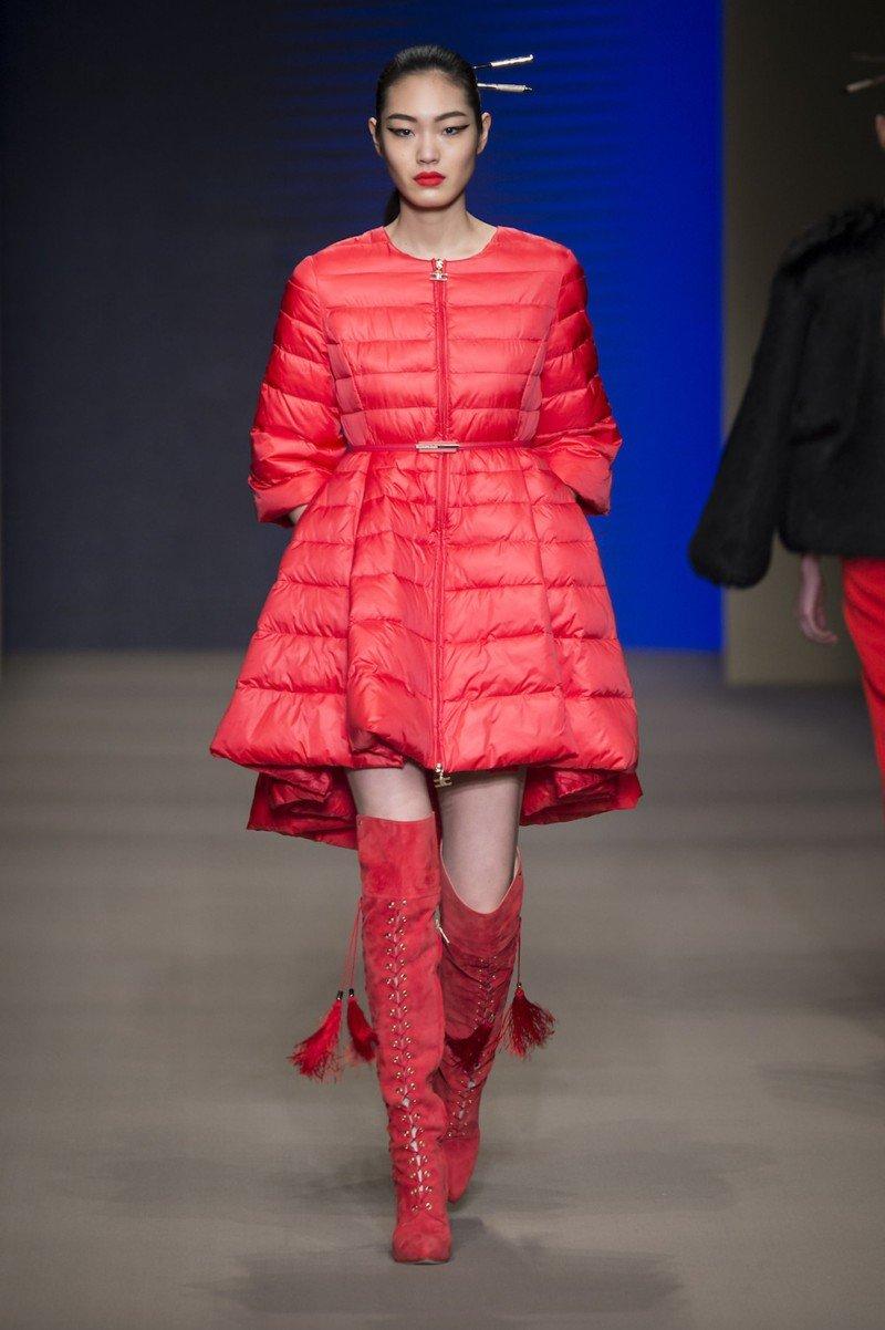 с чем носить пуховики до колена: красный под высокие ботфорты замшевые