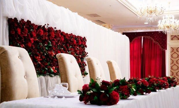 оформление зала цвет марсала с белым