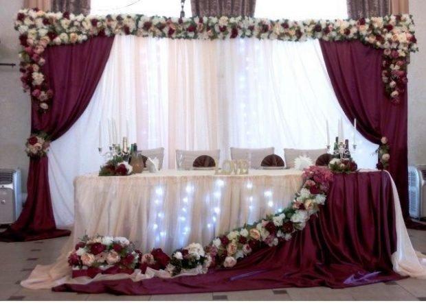 оформление зала цвет марсала с белым с цветами