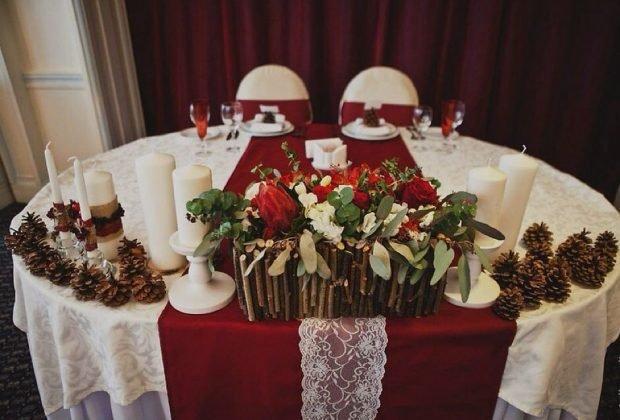 оформление зала цвет марсала с декором из дерева