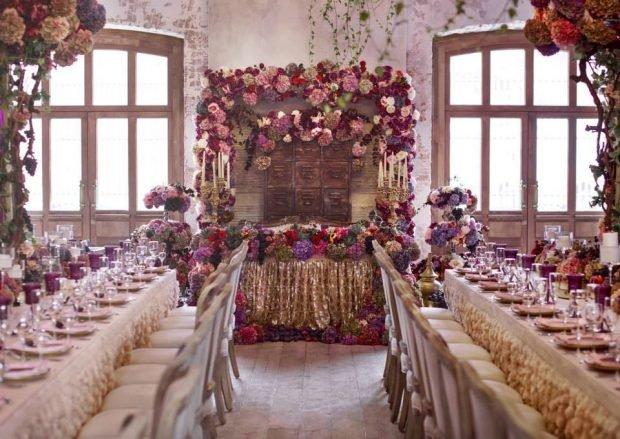 украшение зала цвет айвори и марсала живыми цветами