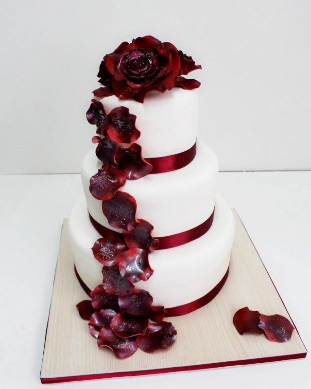 торт белый цветы цветом марсала