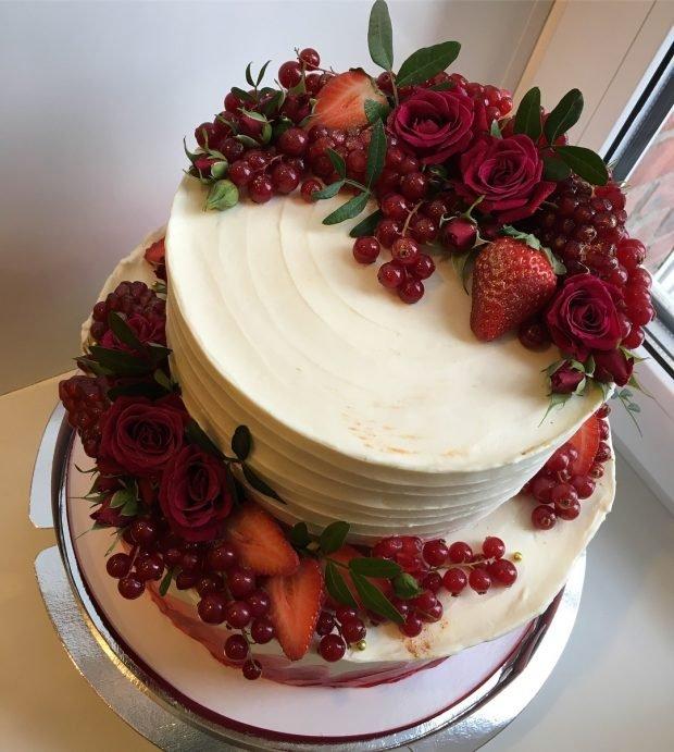 белый торт с украшением цвет марсала
