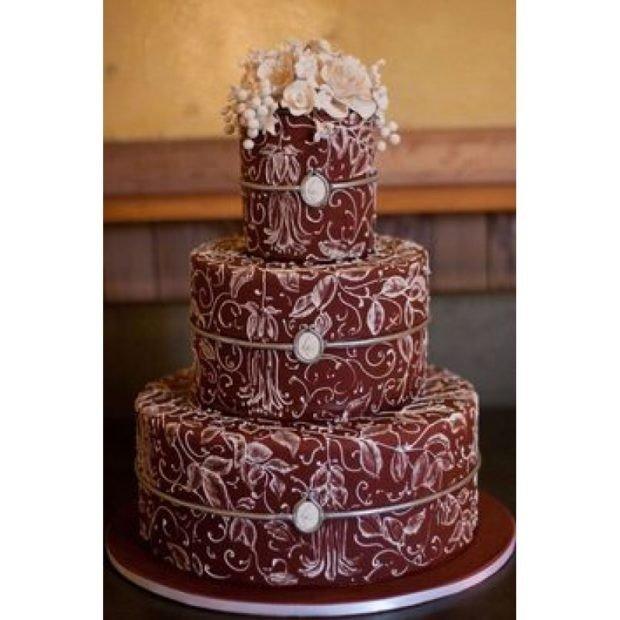торт цвет марсала с белыми узорами